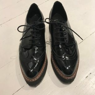 Hej,   Jag säljer mina Kurt Geiger skor.  Använda vit ett tillfälle, som oanvända. Storlek 37. Bekväm sko med bra gummisula Nypris: 1200:-. Säljs för halva priset.