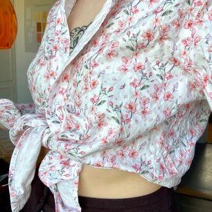 En skjorta i 90tals stil från Grand Frank Stockholm i storlek S!! Perfektttt till sommaren!!! 100kr+frakt (63kr) 🌸🌼🌺🦋🌞