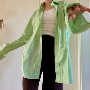 Så fin oversize skjorta i en pastellgrön färg!!! Märket är massaro 💚  det är storlek L i skjortan men sitter snyggt oversize från xs-m 🌱 120kr+frakt (63kr)