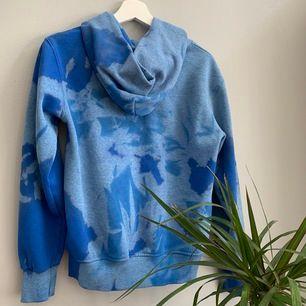 💗Cool hoodie med looks nyanser av blå, mkt använd så lite nopprig men färgerna tar bort det, frakt 64 kr eller mötas i sthlm💗