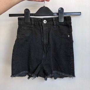 Ett par tajta korta högmidjade shorts från Bershka. Storlek S men ganska små i storleken. Frakt på 44kr tillkommer om de ska skickas!