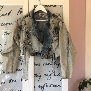 Jeansjacka med acid wash-effect och 80-tals modell. Sitter fint oversized på mig som har strl 36. Köpt second hand, är i fint skick. Väldigt unik!