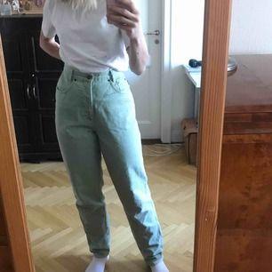 Pastellgröna jeans i mycket bra skick. Långa i benen. Trendig färg. Köparen står för frakten. Kan även mötas upp i Stockholm