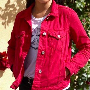 Röd jeansjacka som passar S/M från mango, fint skick & kan postas.