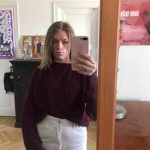 Vinröd stickad tröja. Jättefin och i bra skick Köparen står för frakten. Kan även mötas upp (i Stockholm)