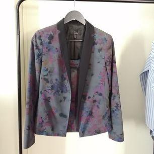 En av min favoriter! Den kavaj man kan ha med många olika kombinationer, jeans, byxor, klänning osv. Från Mango i storleken S. Finns matchad mini kjol.