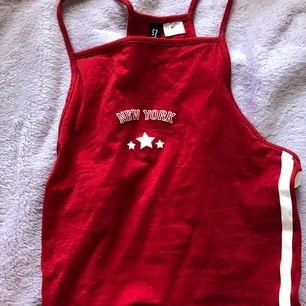 Ett linne från hm dividend och det står NEW YORK rött med vita ränder säljer pga att det inte passar så bra på mig✨💕