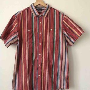 Finful randig skjorta. SÅÅÅ vintage. Köpt på på plick, men innan dess kommer den från humana. Frakt ingår i priset.
