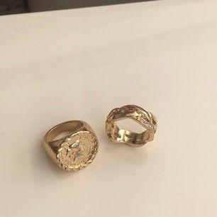 Skitsnygga guldiga ringar som dessvärre är lite för stora för mig. Har använt kanske en gång, så de är som nya! Båda två för 50 kr, 11 kr i frakt 💕 skulle säga att det är mer som en st S på dessa då de är för stora för mig (är en xs i ringar)
