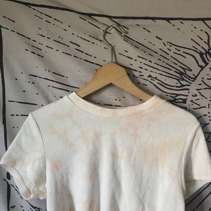 en tiedye topp som jag råkade klippa för kort för mig 🤍🥺 frakt 29kr