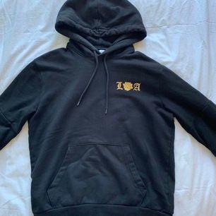 Svart jättemysig hoodie från HM med LA-tryck. Använd men i felfritt skick! Säljer då jag redan har alldeles för mycket hoodies :(💛💛