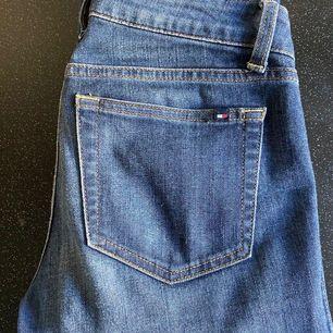 Mellanblå jeans i storlek 0 (skulle säga att det motsvarar S). Köpta för ett antal år sedan men använda få antal gånger.
