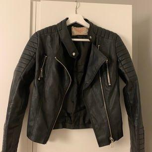 Populär skinnjacka från chiquelle (moto jacket black) i storlek 36, skulle säga att den passar en 34 också! Nypris är 699, säljer min för 200 inklusive frakt även fast den är välvårdad och bra kvalite!
