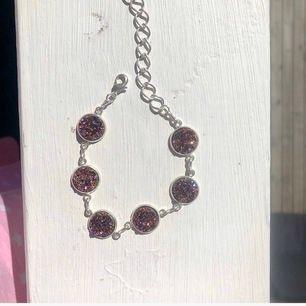 Superfint egentillverkat armband med rosa kluster som glittrar extremt fint i solen.