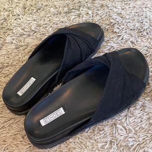 Svarta tofflor/sandaler från Nelly, fick hem dom i måndags och har aldrig använt de, säljer de pga av att de va en storlek för stora för mina fötter