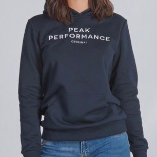 Ljusblå/turkos hoodie från Peak performance. Min hoodie är i samma modell som bild nr 1. Aldrig använd så i väldigt bra skick💕 köpare står för frakt på 66 kronor💕