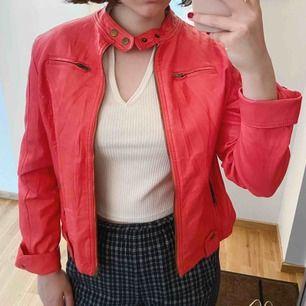 Oanväd rosa läderjacka! Passar perfekt till våren och sommaren!
