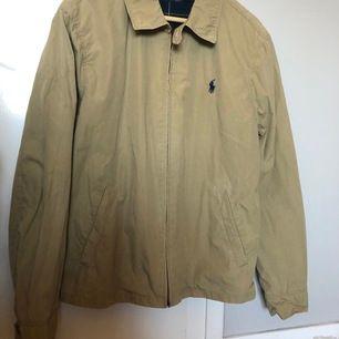 Superfin beige jacka från Polo Ralph Lauren i storlek M (herr). Endast använd 1-2 gånger, så fint skick! Kan skicka fler bilder om det önskas.