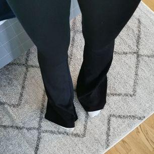 Jag säljer mina yoga pants för dom är för långa för mig i bena. Jag köpte dom och tog fel storlek i bena så dom är helt nya! Köparen står för frakten😀