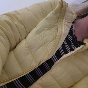 Jag säljer min jacka för den kommer inte till användning. Jag har använt den 2 gånger och den är i mycket bra skick! Köparen står för frakten😀