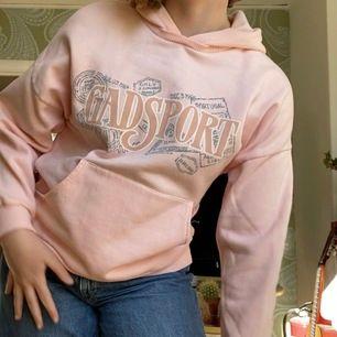 Skitsnygg hoodie från GadSport. Köptes här på plick men säljer vidare då den är för liten för mig och inte riktigt min stil. Står ingen storlek, men skulle gissa på XS/S. 120 kr + frakt!