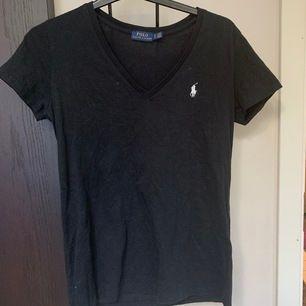 Svart Ralph Lauren t-shirt i väldigt fint skick. Köpt i USA.