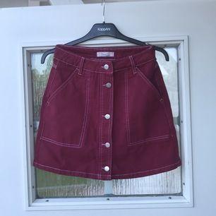 Vinröd kjol från twintip, sitter snyggt på rumpan Stl 34 (frakt tillkommer 60kr) ej använd