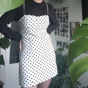 Jättefin prickig klänning från Zara 🤍 använd endast 1 gång så den är i jättefint skick. Jag är 174 cm för referens. Står att den är i strl M, men skulle definitivt säga att den är mer som S. Frakt är inkluderat i priset :)
