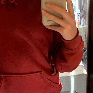 jättefin vinröd/mörkröd hoodie från bikok i fint skick, den är lite nopprig men går lätt att ta bort med en noppmaskin! den är lite oversized så passar från xs-m beroende på hur man vill ha den🥰
