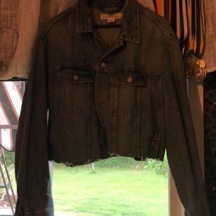 En målad (tygfärg) ljusblå jeans jacka som är medellång på mig som bär storlek L i vanliga fall, jackan är i storlek XL och sitter overzize på mig som bär L somsagt !🥰 klippt av den själv, köparen står för frakt! Jackan använd 2 gånger totalt