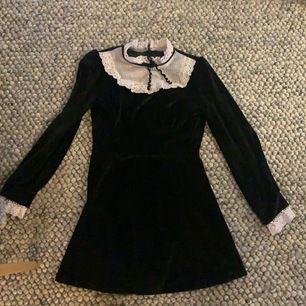 Cool goth/maid klänning i storlek S, svart plysch och vit spets krage. Start bud 50 kr