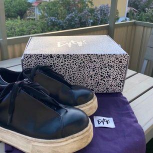 Säljer mina as snygga eytys i modellen doja leather, storlek 40. Fint skick, dustbag och nya skosnören finns med😍 nypris: 1800