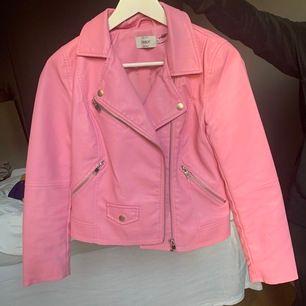 Cool rosa skinnjacka från Only. Har inte riktigt fått användning för den så den är helt oanvänd, tagen är kvar.