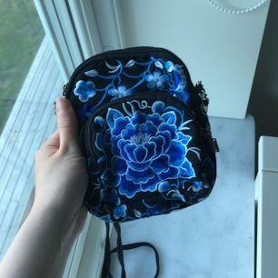 Ny väska med kinesiskt tryck! Stygnen är handsydda och väskan är helt ny! Frakt tillkommer! Den är så fin och perfekt till sommaren!