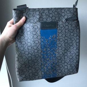 Snygg ck väska! Superfin och i nyskick! Supercool! Vet inte om den äkta därför priset! Om flera är intresserad blir det bud!