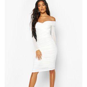 Säljer nu min vita klänning som jag köpte på booho pågrund av att den inte passar mig. Aldrig använd prislapp finns kvar. Köpte den för 450kr men säljer för 350/300 priset kan diskuteras. Jag kan skicka bilder hur den sitter på om intresset finns