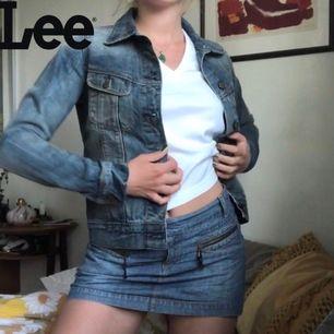 Jeansjacka från Lee i mycket gott skick!! Stl S men väldigt tight i modellen så passar även XS. +Frakt 63kr🦋