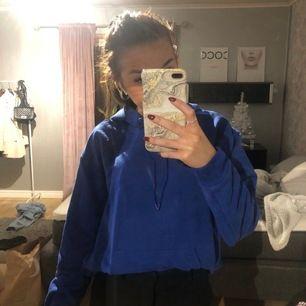 Säljer denna blåa hoodie som är lite oversized