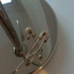 Coola örhängen i guld-imitation. Mäter ca 3 cm! Frakten ingår 😁
