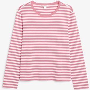 Super härlig långärmad tröja med rosa ränder från monki i väldigt bra skick då jag ej har använt den. Frakt: 59kr