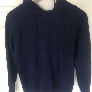 Tunn Stickad hoodie från ByAnastasia. Marinblå. Endast använd en gång.