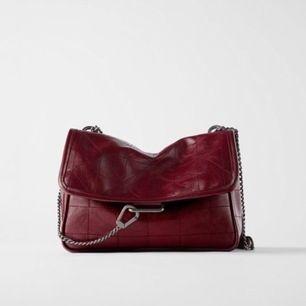 Rockig Väska från zara i en vinröd färg😍 använd 2 gånger