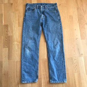 Ett par Vintage Levis 505 jeans                                    Bra skick, och passar Unisex.                                       Storlek: W32 L30