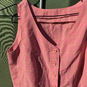 vintage/retro rosa klänning, rutig (grön o vit) , står ingen strl men motsvarar XS. tips: funkar o ha öppen oxå som en kappa/lång väst👍🏼👍🏼 köpare står för frakt
