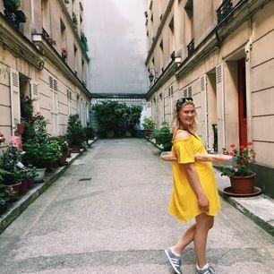 En superfin gul off-shoulder klänning. Vid passform och slutar strax ovanför knät. Klänningen har axelband men de går att vika in om man vill ha helt bara axlar. Använd fåtal gånger! Frakt ingår 🍀
