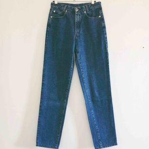 Ett par mörkblå jeans köpta second hand i Barcelona. Passar en 26 tum i waist och 32 tum i benlängd, vilket motsvarar en 34/36 i europeisk storlek. Passformen är lik Monkis modell Kimomo. I bra skick!