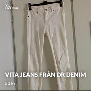 Vita jeans från Dr Denim. Tror modellen heter plenty. Tighta hela vägen och mycket stretch, medelhög midja. Storlek S