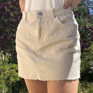 Beige-aktig kjol från ginatricot! Passar jättebra till nån dovare tröja till. Endast 60kr! 💖