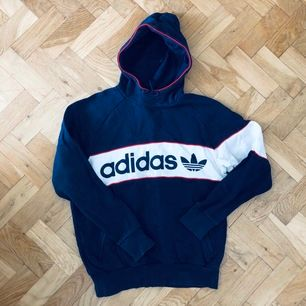 Supersnygg retro adidas hoodie i blått, rött och vitt, väldigt 90-talig. Står L i den men motsvarar snarare en M än L!