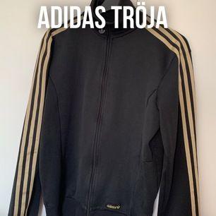 Adidas tröja i strl S. Använd men fint skick. 40kr + frakt på 59kr. Betalning via swish eller plick safepay